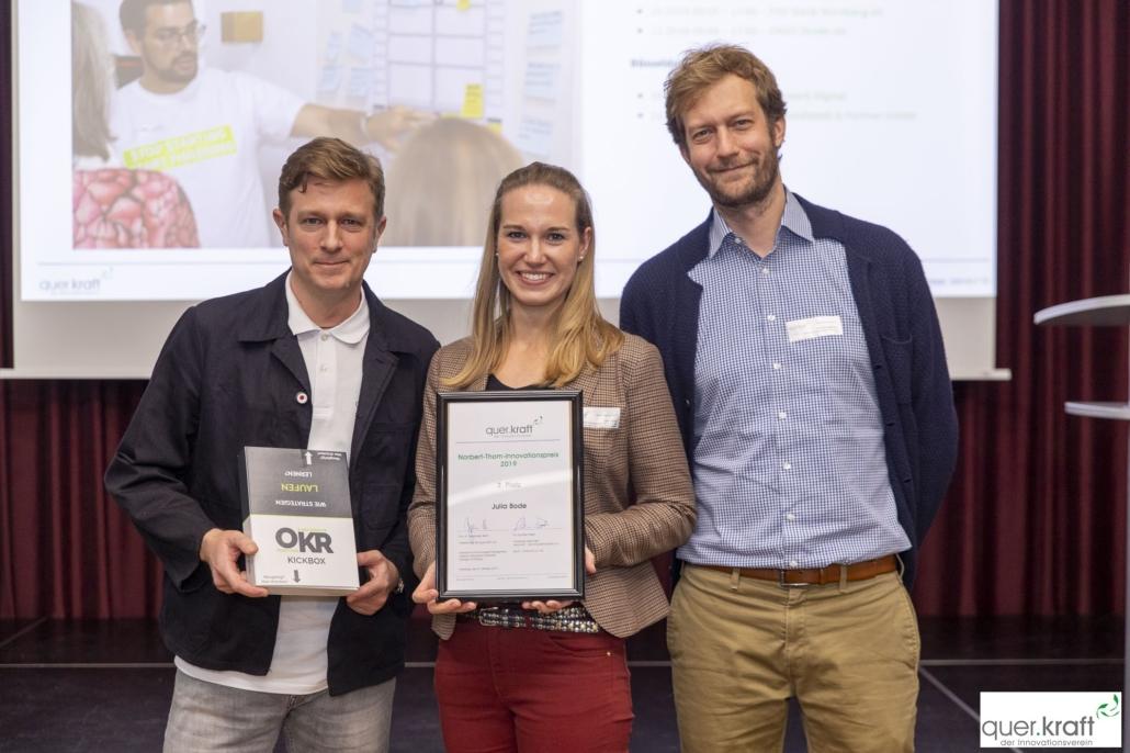 Preisübergabe 2. Platz des Norbert-Thom-Innovationspreises an Julia Bode