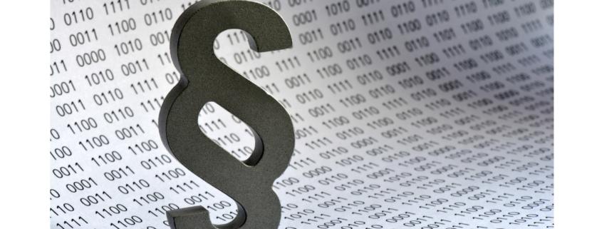 Titelbild des AK Digitalisierung und Recht welches ein großes Paragraphen Zeichen vor dem Hintergrund eines gerololten Blattes mit Einsen und Nullen zeigt