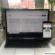 Laptop auf Schreibtisch, Jitsi Meet wird auf dem Desktop angezeigt