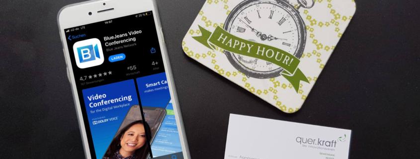 Iphon das die Bluejeans App zeigt, quer.kraft Visitenkarte und Bild mit Happy Hour auf schwarzem Hintergrund