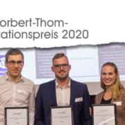 Ausschreibung für den Norberth-Thom-Innovationspresi 2020, Lgog von quer.kraft und Presiträger mit den Urkunden von 2019
