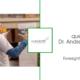 Vortragender dr. Andreas Volek gezeigt von der Seite gestikulierend, quer.kraft Logo, Titel: quer.talk mit Dr. Andreas Volek - Foresight in der Praxis