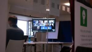 Bildschirm mit Teilnehmern im BlueJeans Meeting an der Jahrestagung 2020