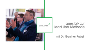 """Links im Bild ist der Vortragende Dr. Gunther Pabst zu sehehen, mittig das quer.kraft Logo und rechts der SChriftzug """"quer.talk zur Lead user Methode mit Dr. Gunther Pabst"""