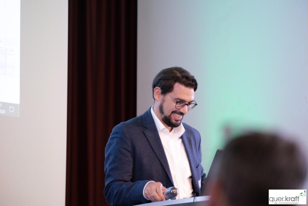 Vorstandsmitglied Oliver Vollrath auf der Bühne an der Jahrestagungn 2020
