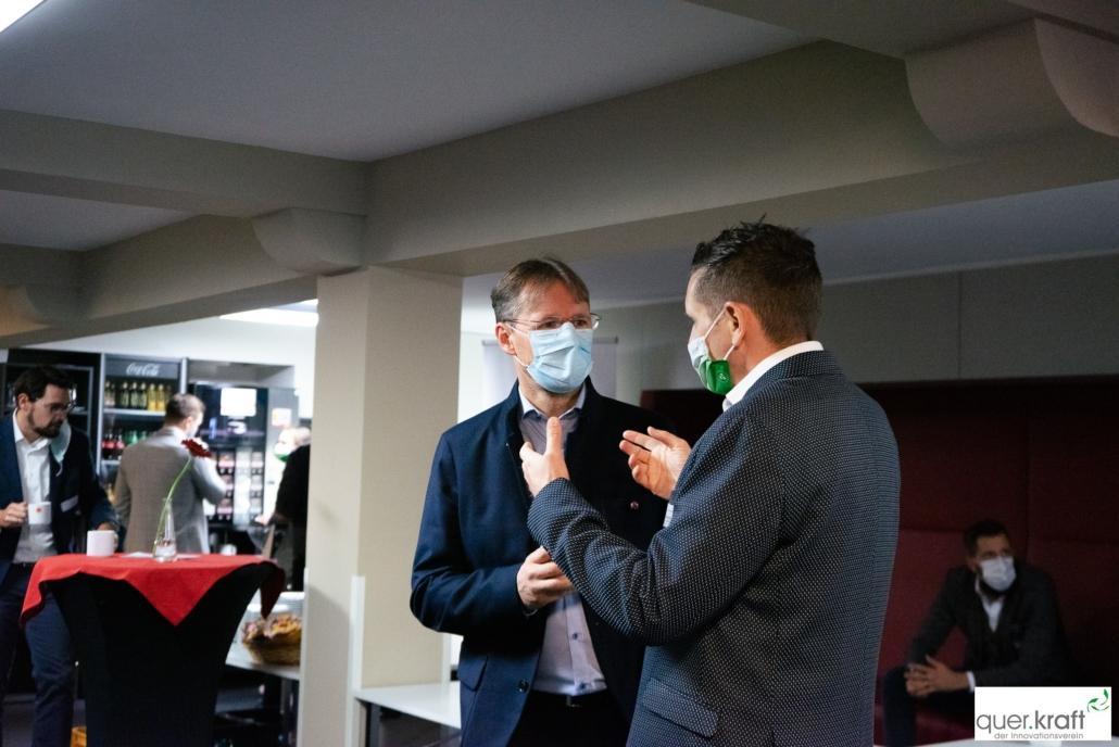 2 Teilnehmer der quer.kraft Jahrestagung 2020 mit Maske beim Networking