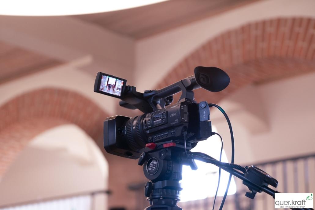 Kamera, die Geschehen auf der Bühne aufnimmt