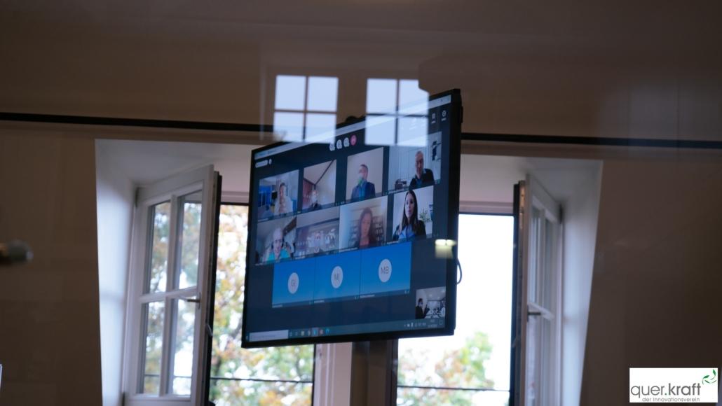 Bildschirm mit virtuell zugeschalteten Online Teilnehmern der Jahrestagung 2020
